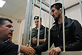 Спортсмен Расул Мирзаев (справа), обвиняемый в смерти 19-летнего студента Ивана Агафонова, со своим адвокатом Алексеем Гребенским (слева) во время рассмотрения дела в Замоскворецком суде.