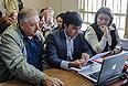 Отец погибшего И.Агафонова Александр Агафонов (слева) в Замоскворецком суде во время рассмотрения дела спортсмена Расула Мирзаева, обвиняемого в смерти 19-летнего студента Ивана Агафонова.