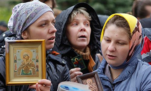 Православные активисты во время акции против панк-группы Pussy Riot у здания Мосгорсуда.