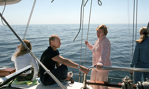2002 год.  Владимир Путин с семьей на отдыхе во время морской прогулки.