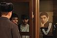 """Ислам Яндиев (в центре) и Башир Хамхоев (справа), обвиняемые по делу о теракте в аэропорту """"Домодедово"""" 25 января 2011, в Московском областном суде."""
