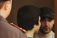 """Ислам Яндиев (справа), обвиняемый по делу о теракте в аэропорту """"Домодедово"""" 25 января 2011, в Московском областном суде."""