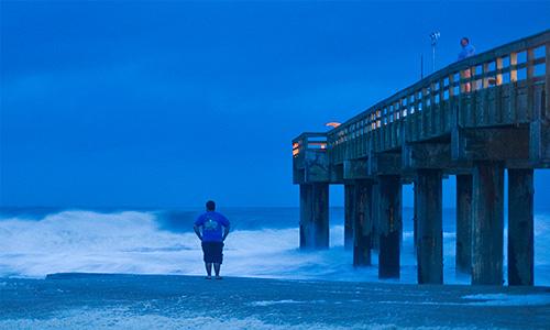 """Скорость порывов ветра в эпицентре урагана достигает 120 км в час. Ветер еще может усилиться, когда """"Сэнди"""" встретится с циклоном, направляющимся с западной части США."""