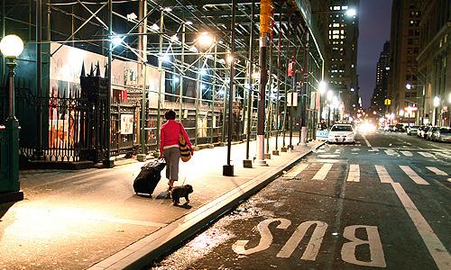 """Весь нью-йоркский общественный транспорт в соответствии с решением местных властей в понедельник приостановил работу в связи с приближением урагана """"Сэнди"""". Как передают в понедельник западные СМИ, такое решение принято из соображений безопасности с учетом того, что ураган может привести к наводнениям и способен нанести существенный ущерб Нью-Йорку."""