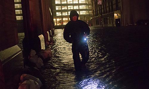 """Старожилы Нью-Йорка, прожившие на Манхэттене около 30 лет, делясь впечатлениями, сообщают, что подобной картины они никогда не наблюдали. """"Я смотрю из окна и вижу реку, которая течет по центру Манхэттена"""", - цитирует телеканал слова местного жителя."""
