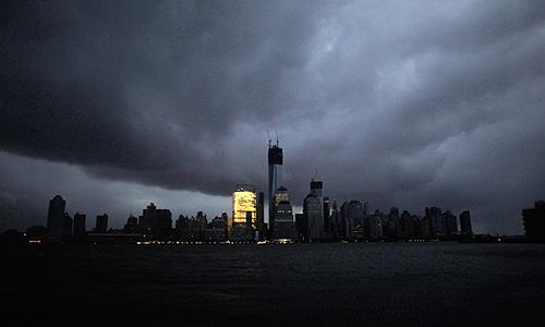 Стихия сопровождается сильными ветрами и проливными дождями от Северной Каролины до штата Мэн. Сильный ветер, ливневые дожди и снегопады отмечены сразу в нескольких крупных городах, что привело к эвакуации жителей, прекращению транспортного сообщения, электро- и водоснабжения. Штормовые предупреждения были распространены в 23 штатах, 9 штатов (включая Нью-Йорк, Нью-Джерси, Массачусетс, Коннектикут) ввели чрезвычайное положение.