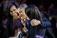 Барак Обама остается на второй срок. На фото его жена Мишель и дочери, Малия и Саша.