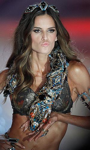 В Нью-Йорке прошел ежегодный показ моды Victoria's Secret Fashion Show. На фото модель Алессандра Амбросио.
