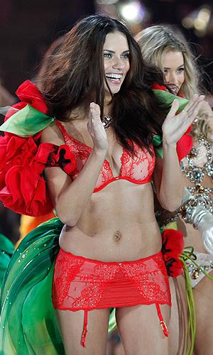В Нью-Йорке прошел ежегодный показ моды Victoria's Secret Fashion Show. На фото модель Адриана Лима.