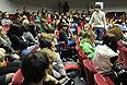 Студенты Российского государственного торгово-экономического университета (РГТЭУ), объявившие забастовку в связи с решением министерства образования РФ о признании университета неэффективным, в аудитории вуза.