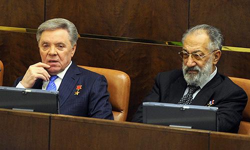Члены Совета Федерации РФ Борис Громов и Артур Чилингаров на заключительном заседании осенней сессии Совета Федерации РФ.