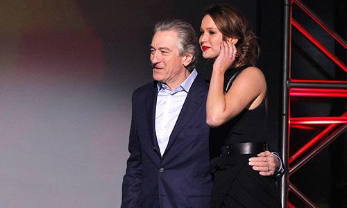 """Роберт ДеНиро (в качестве группы поддержки) и Дженифер Лоуренс выходят получать награду """"Лучший комедийный фильм"""" за фильм """"Мой парень - псих"""" (Silver Lining Playbook)."""