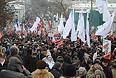 """Полиция заявлет о том, что Удальцов сжигал плакаты на шествии оппозиции в Москве. """"Действия Удальцова по сжиганию атрибутики массового мероприятия в толпе людей задокументированы. Документы будут переданы следствию"""", - сообщили в ГУ МВД РФ по Москве."""