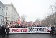 В толпе собирают бюллетени за роспуск Госдумы и Совета Федерации.