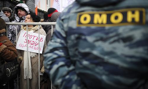 Оппозиционера Алексея Навального в колонне митингующих пока не замечено.