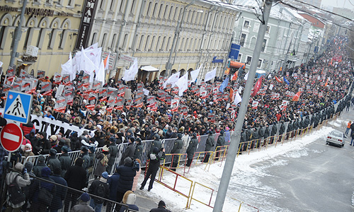 Людей на акции оппозиции действительно очень много, по словам корреспондента, собравшихся гораздо больше 7-8 тыс. человек.