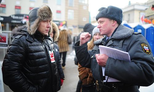 Полиция усилила меры безопасности в начальной точке акции: здесь дежурят порядка 20 автобусов с полицейскими. Пушкинская площадь полностью перекрыта, ограничено движение по Страстному бульвару.