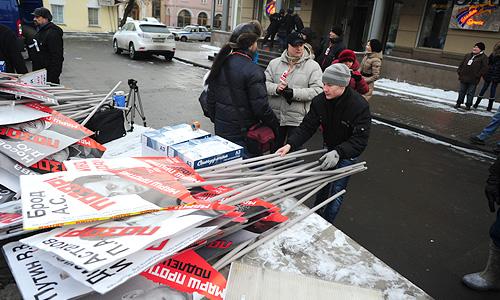 """Многие участники принесли с собой флаги и плакаты, в которых призывают власти РФ отменить """"антимагнитский"""" закон."""