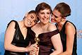 """Лена Дунхам (в центре), Элиссон Вильямс (справа) и Зося Мамет. """"Золотой глобус"""" телесериалу """"Девушки""""."""