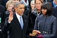 Обама, стоя перед членом Верховного суда Джоном Робертсом, произнес присягу, текст которой включен в статью II, часть 1, Конституции США.