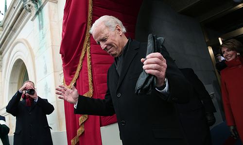 Церемония инаугурации проходит на ступенях Капитолия в Вашингтоне на глазах у сотен тысяч американцев.