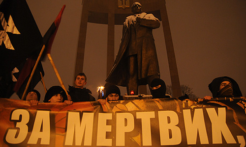 Участники шествия в День памяти героев Крут на одной из улиц города. 29 января – День памяти украинских студентов, погибших в неравном бою против отрядов РККА на железнодорожной станции около села Круты в январе 1918 года.
