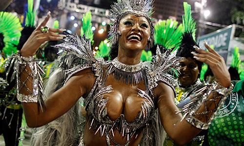 В Рио-де-Жанейро проходит традиционный карнавал - самый большой, самый красочный и самый эмоциональный праздник страны.