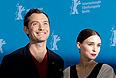 """Джуд Лоу и Руни Мара представили в Берлине фильм """"Побочный эффект""""."""