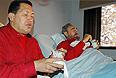 13 августа 2006г. Уго Чавес навещает в больнице своего друга Фиделя Кастро.