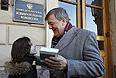 Британский актер, писатель и драматург Стивен Фрай подписывает книгу поклоннице у здания Законодательного собрания.