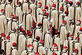 """Верующие во всем мире должны стремиться защищать наиболее слабых и нуждающихся людей, заявил во вторник папа римский Франциск. """"Мы должны защищать человечество, особенно наиболее бедных, слабых, голодных и страдающих от жажды людей"""", - сказал он в ходе мессы посвященной его возведению папский престол."""