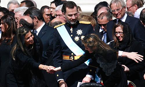 Принцесса Нидерандов Максима здоровается с принцессой Летицией, супругой принца Астурийского Фелипе, который стоит между ними.