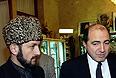 После окончания пресс-конференции первый вице-премьер коалиционного правительства Чечни Мовлади Удугов (слева) и заместитель секретаря Совета Безопасности РФ Борис Березовский. 1996г.