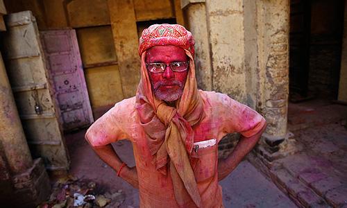 """Праздник """"Холи"""" длится два дня в конце февраля - середине марта. В индусском календаре Холи, как правило, выпадает на полнолуние (известное в языке хинди как Пхалгун Пурнима или Поорнмаши). Из-за своей красочности также известен как """"Фестиваль Красок""""."""