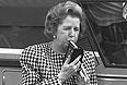 26 мая 1987 г. Маргарет Тэтчер тестирует алкометр.