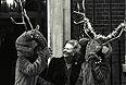 3 декабря 1986г на Даунинг-стрит с рождественскими оленями.