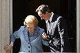 Июнь 2010г. Премьер-министр Великобритании Дэвид Кэмерон провожает Марграет Тэтчер до автомобиля.