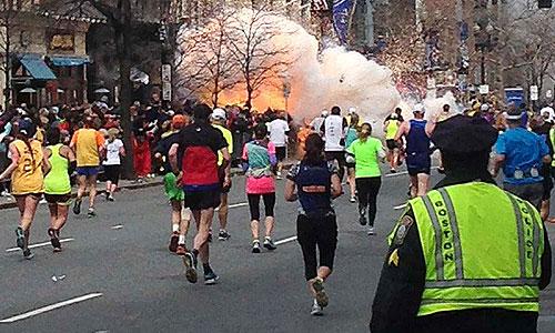 На финишной черте Бостонского марафона прогремело два взрыва.