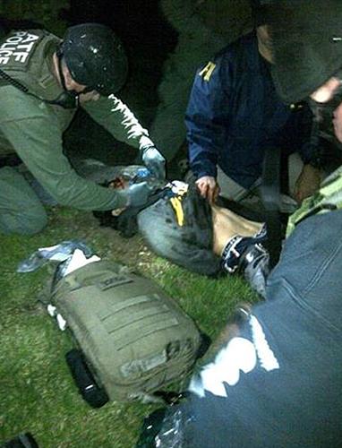 Как сообщает BBC, Джохар Царнаев тяжело ранен. По словам полицейских, он был найден в лодке, после того как местный житель сообщил об обнаруженном следе крови. Операция по поиску Царнаева продолжалась более 10 часов.