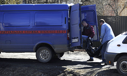 Сотрудники ритуальной службы на месте пожара в здании психиатрической больницы №14 в поселке Раменский.