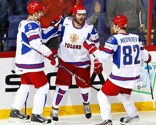 Игроки сборной России Илья Никулин, Александр Радулов и Евгений Медведев (слева направо) в матче чемпионата мира по хоккею: Словакия - Россия - 1:3.