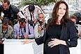 По словам Анджелины Джоли, врачи диагностировали у нее 87% - вероятность развития рака груди и 50% - вероятность рака яичников. Лечение актриса решила начать с груди, так как в данном случае риск развития болезни выше, а операция проходит сложнее. Весь процесс двойной мастэктомии занял три месяца и полностью завершился 27 апреля. Вместо удаленных желез врачи поставили актрисе импланты.