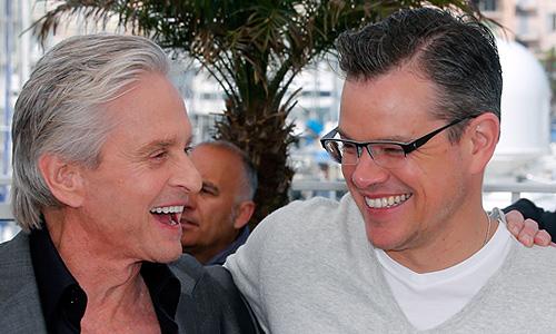 """Майкл Дуглас и Мэтт Дэймон перед показом фильма Стивена Содерберга """"За канделябрами""""."""