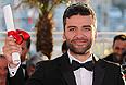 """Актер Айзек Оскар принял награду Джоэла и Итэна Коэнов за картину """"Внутри Льюина Дэвиса""""."""