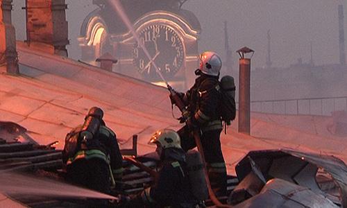 Сообщение о пожаре поступило дежурному в среду в 21:30. Через несколько минут на место прибыли первые пожарные расчеты. В 21:54 пожару был присвоен второй номер сложности, который в дальнейшем был изменен на третий. Горели чердак и кровля.