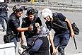 Минувшей ночью полиция сняла оцепление площади Таксим в Стамбуле, освободив ее для демонстрантов. Протестующие отметили свою победу, подняв шум, стуча кастрюлями и сковородками и перекрыв автомобильное движение. В то же время в Анкаре и Стамбуле произошли столкновения демонстрантов с полицией. Полицейские применили слезоточивый газ и водометы, чтобы разогнать группу в примерно 1 тыс. человек, направлявшуюся к резиденции Эрдогана, в результате чего свыше ста человек получили ранения.