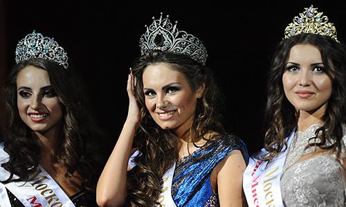 """Победительница конкурса красоты """"Мисс Москва 2013"""" Дарья Ульянова (в центре) во время церемонии награждения в ресторане The Apartment."""