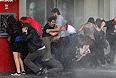 Туристы и бизнесмены отменяют поездки, либо бронируют места в отелях подальше от центра Стамбула, где проходят митинги. Этот процесс пока коснулся только Стамбула, однако, если в ближайшие дни правительство не найдет общий язык с протестующими, он может распространиться и на другие города, в том числе курортные.