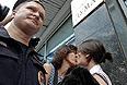 """По данным радиостанции """"Эхо Москвы"""", во вторник у здания Госдумы проходят пикеты в поддержку закона о запрете гей-пропаганды среди детей, а также против закона о защите религиозных чувств верующих. Позднее к Думе пришли и ЛГБТ-активисты, которые попытались провести свою акцию """"День поцелуев"""", направленную против гомофобии."""