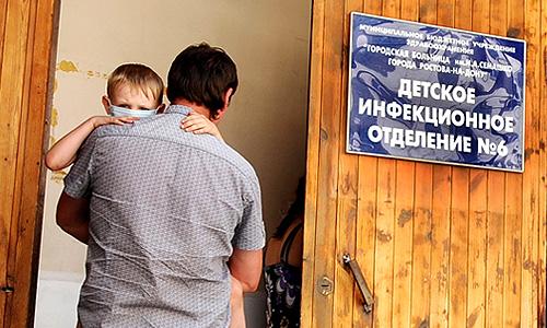 """По последним официальным данным Минздрава, у 38 детей в Ростове-на-Дону подтвержден менингит, двое находятся в реанимации. Как сообщил в пятницу """"Интерфаксу"""" пресс-секретарь Минздрава Олег Салагай, всего на стационарном лечении находятся 68 детей, из них двое - в реанимации. По его словам, состояние детей стабильно. За сутки выписано трое детей, с момента начала вспышки - 20. """"Всего во вспышку с момента ее начала вовлечены 140 человек"""", - сказал он."""